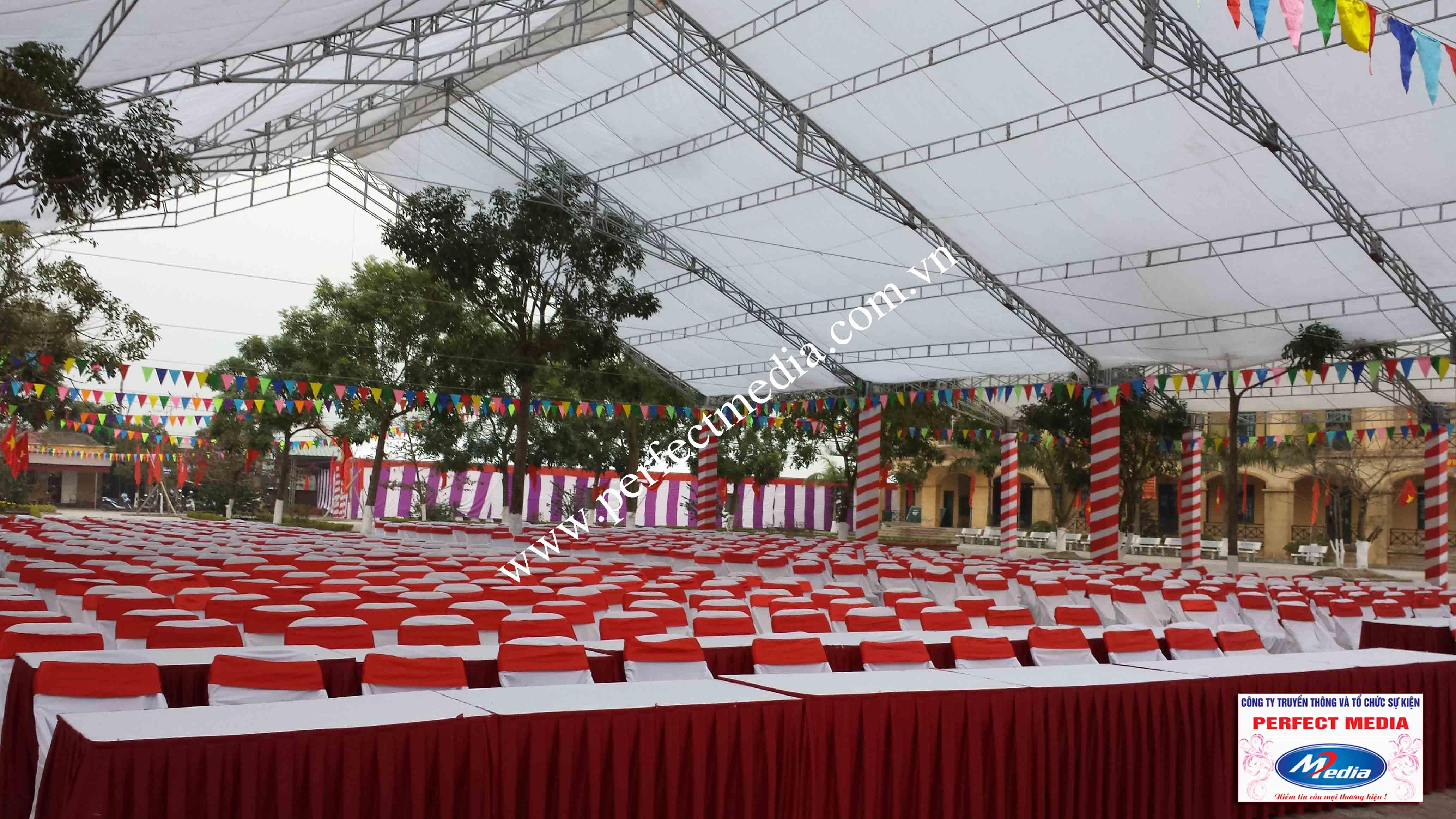 Cả 1 dãy ghế banquet dành cho đại biểu