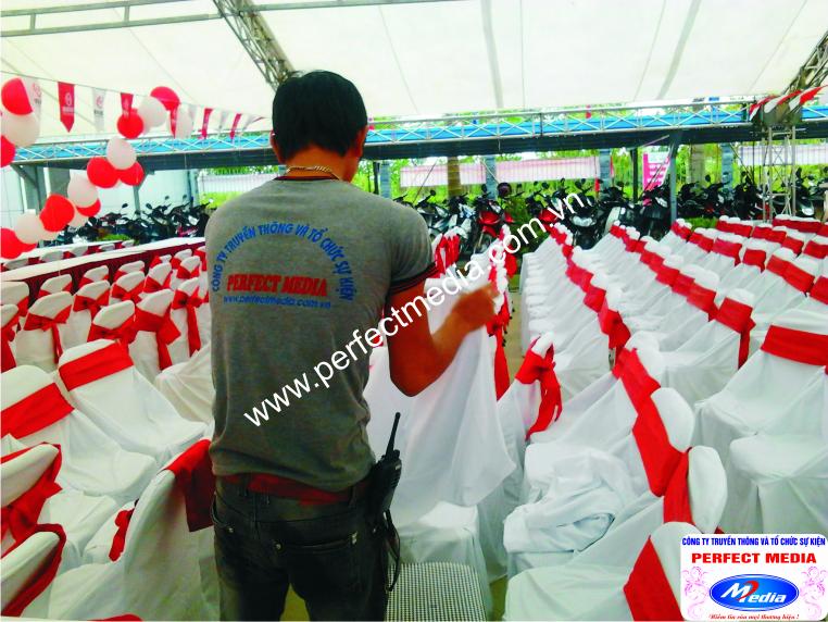Ghế Xuân Hòa: Áo ghế trắng và nơ đỏ