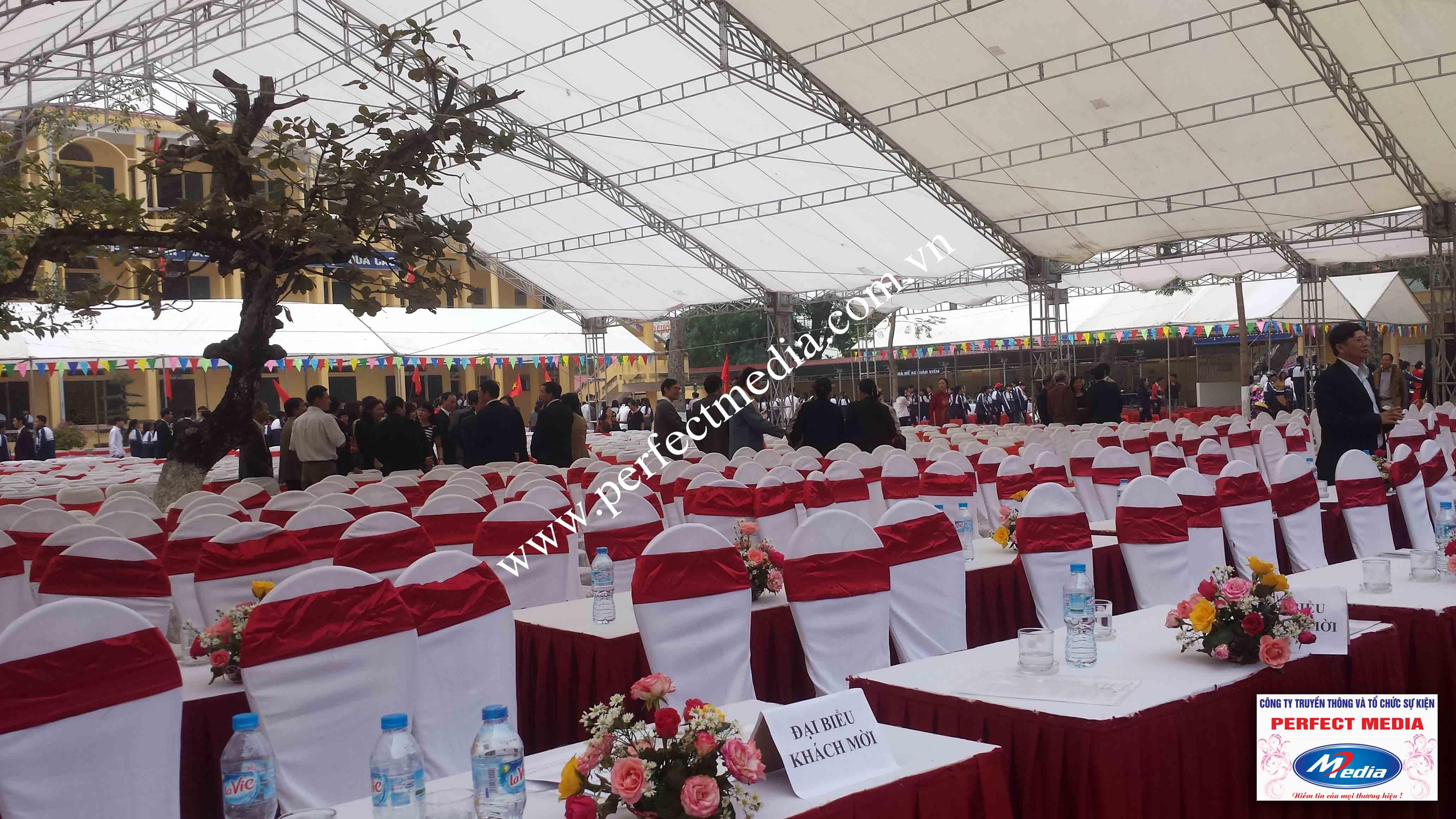 Dãy ghế của các đại biểu trong buổi lễ