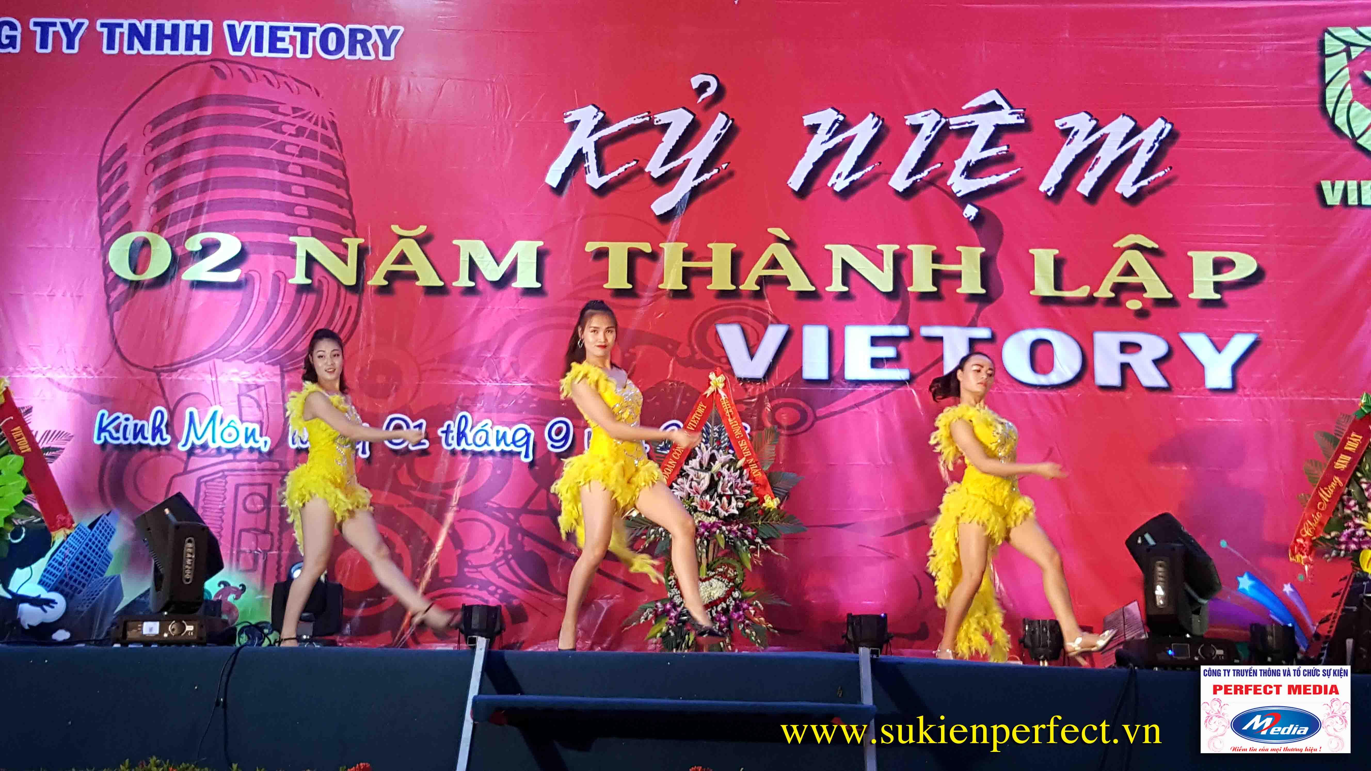 Không khí này lễ chào mừng 2 năm thành lập công ty TNHH Vietory 11