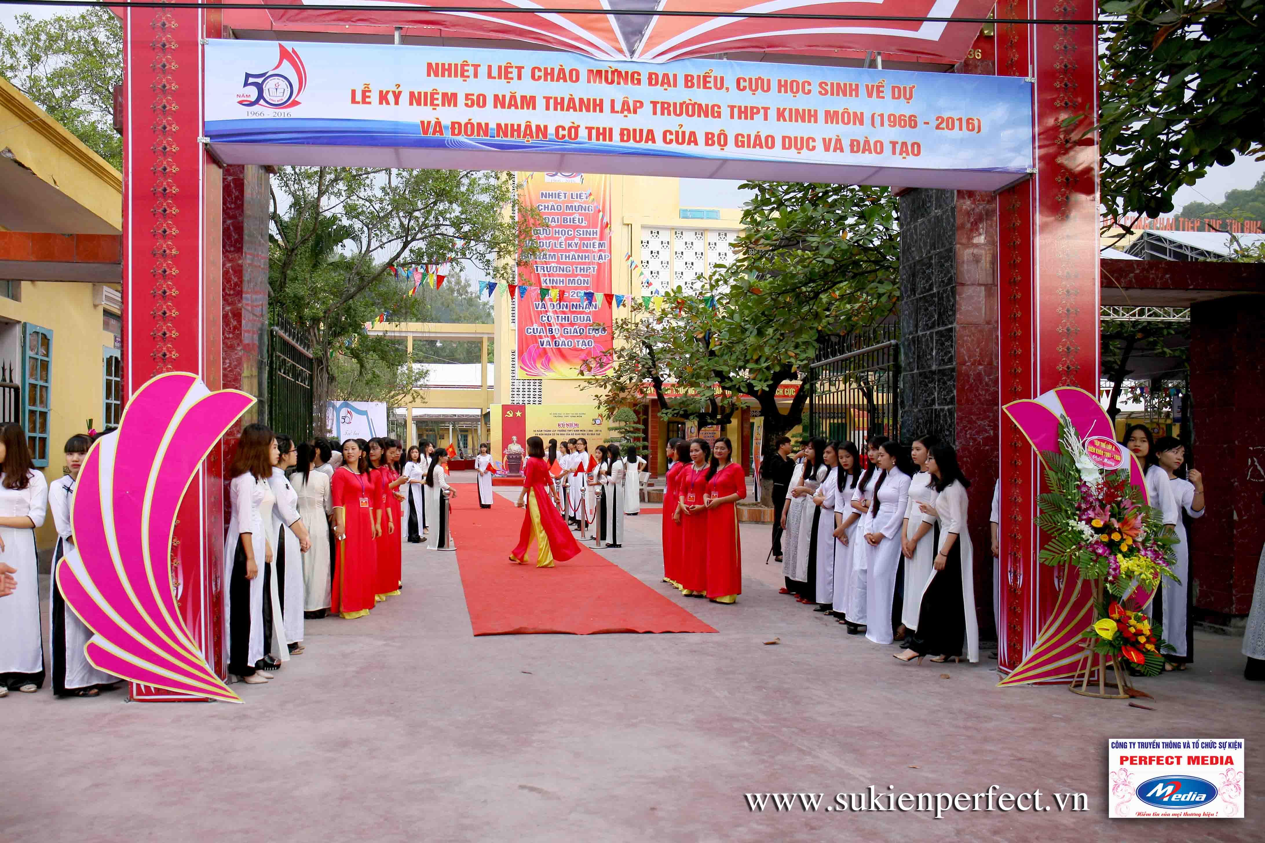 Khu vực cổng của lễ kỷ niệm 50 năm thành lập trường THPT Kinh Môn