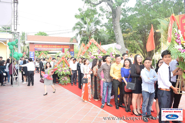 Hàng chục các đoàn đại biểu và các nhóm cựu học sinh về với trường trong ngày vui hân hoan