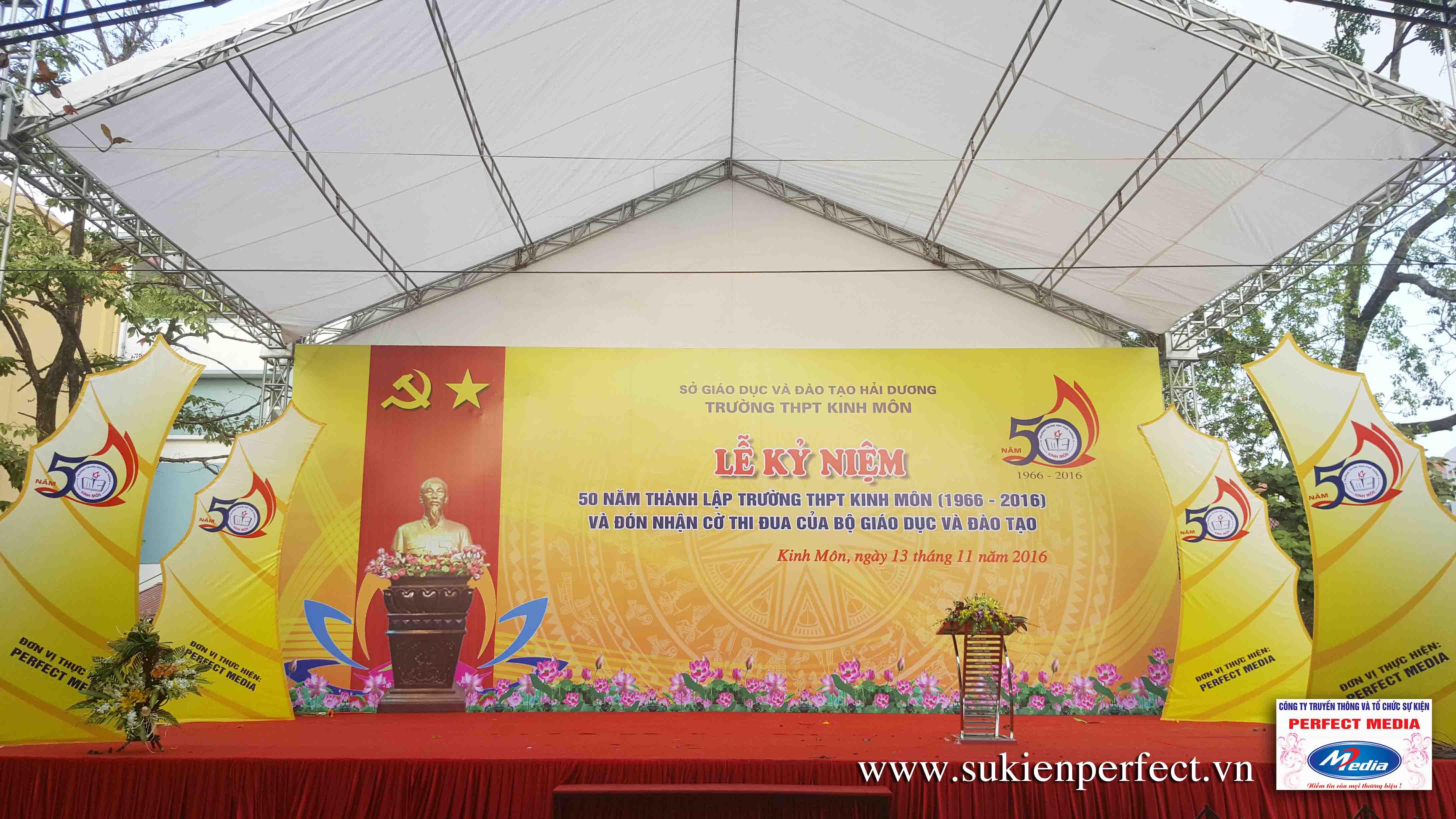 Backdrop và khu vực sân khấu Lễ kỷ niệm 50 năm thành lập trường THPT Kinh Môn