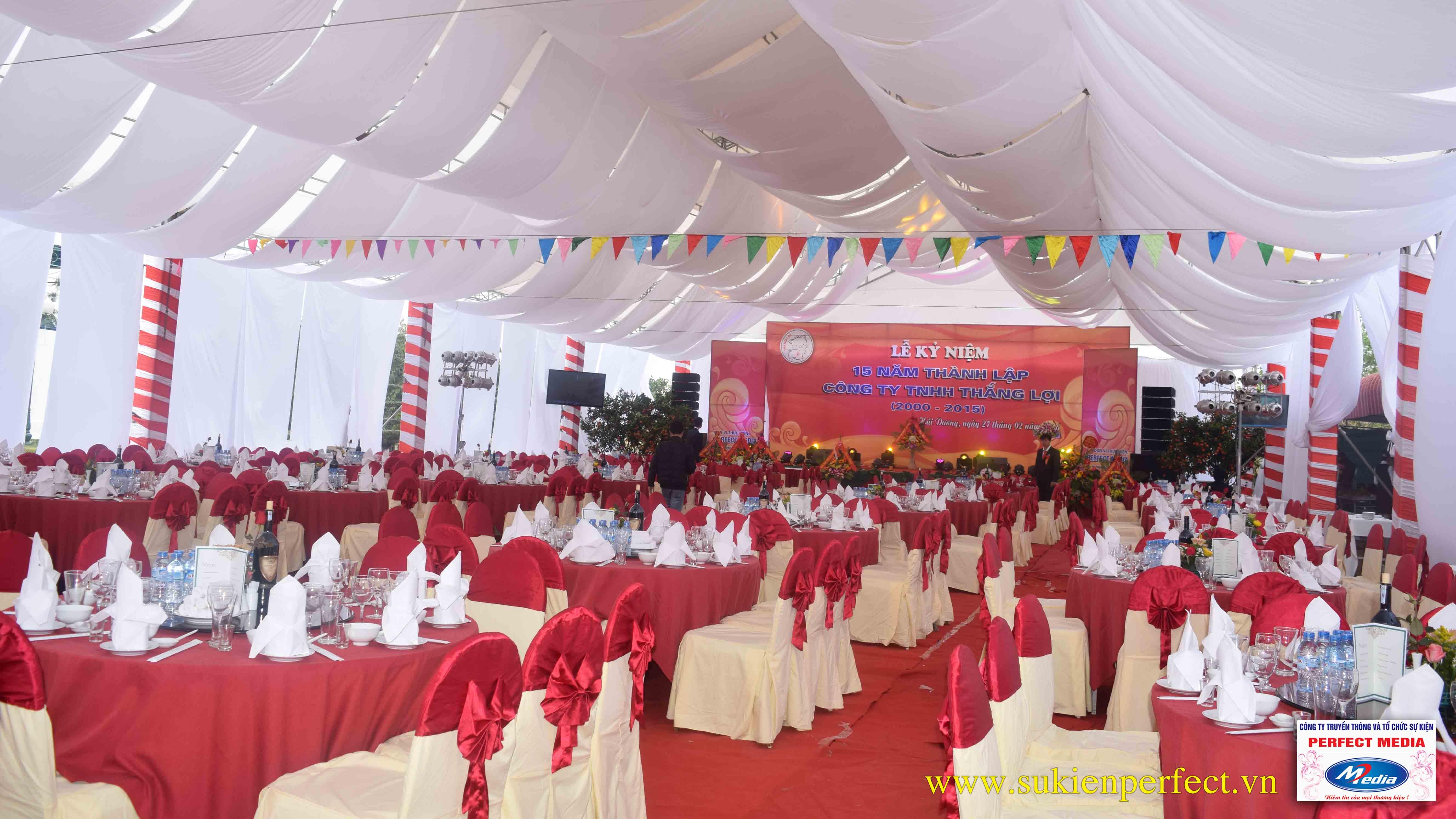 Bàn ăn tiệc (bàn tròn + ghế banquet được phủ khăn và nơ đỏ)