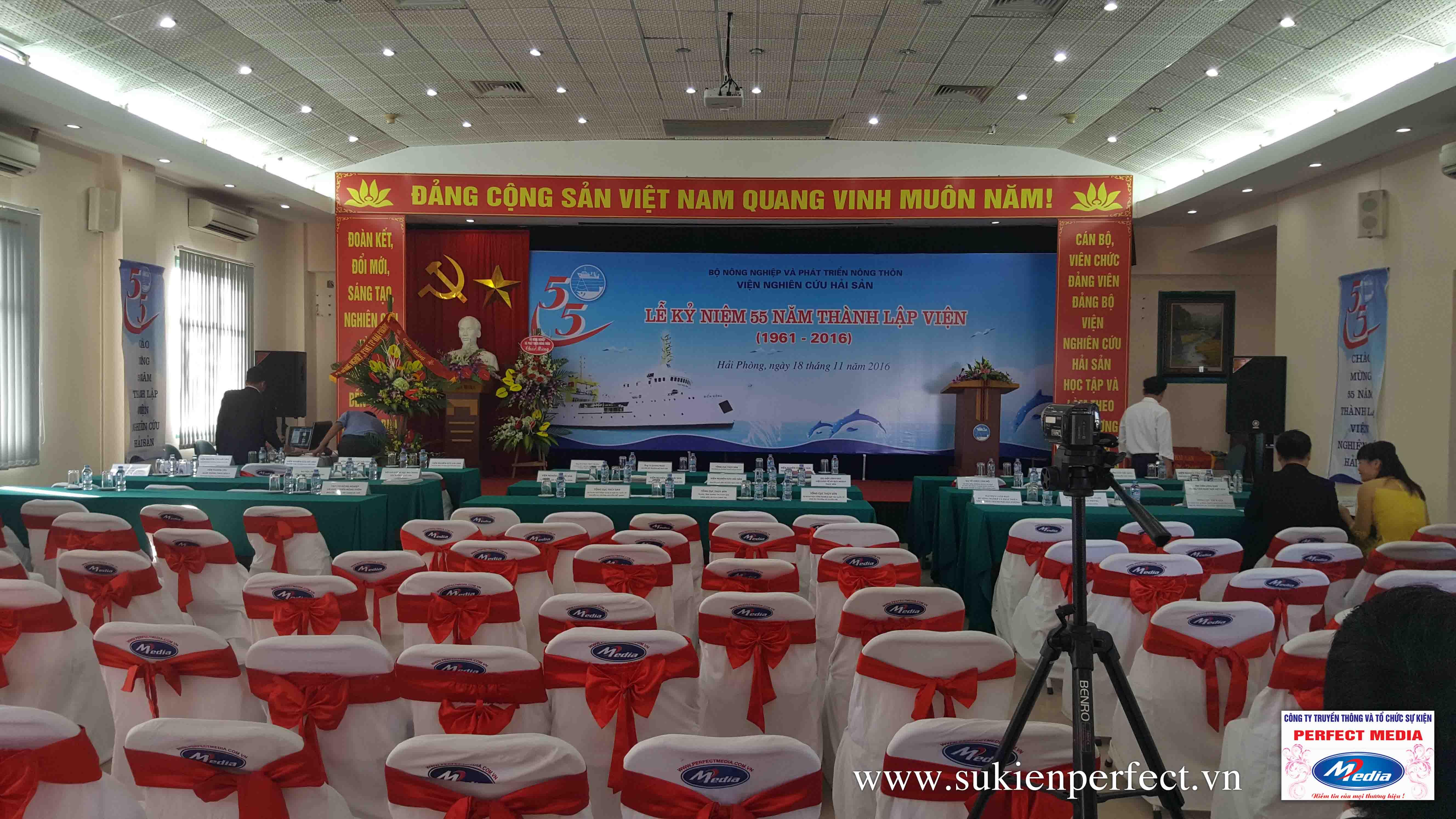 Các dãy ghế banquet có khăn phủ trắng và thắt nơ đỏ sang trọng phục vụ cho sự kiện