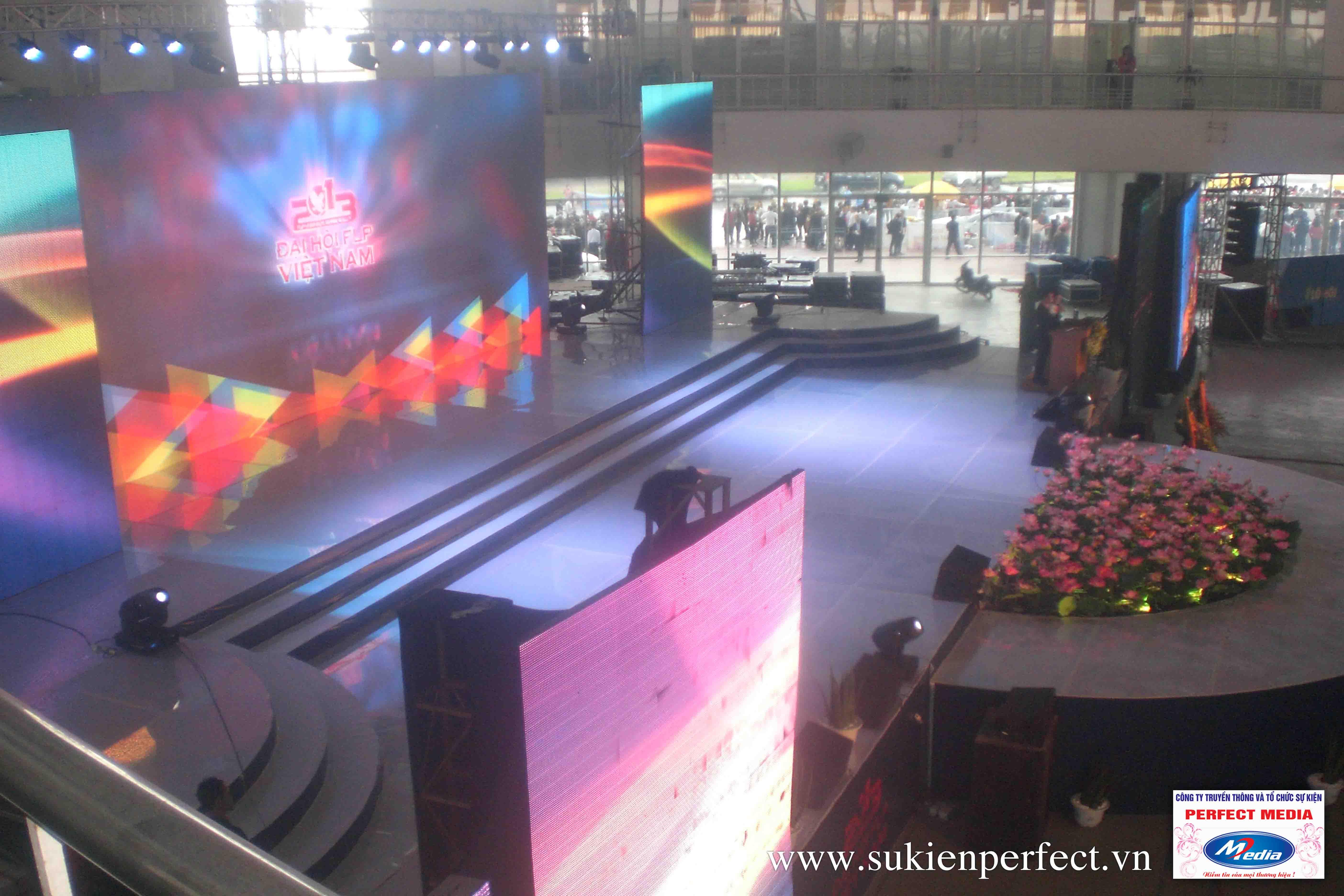 Sự kiện được dàn dựng dưới dàn âm thanh, ánh sáng và nhiều màn hình led lớn, chuyên nghiệp