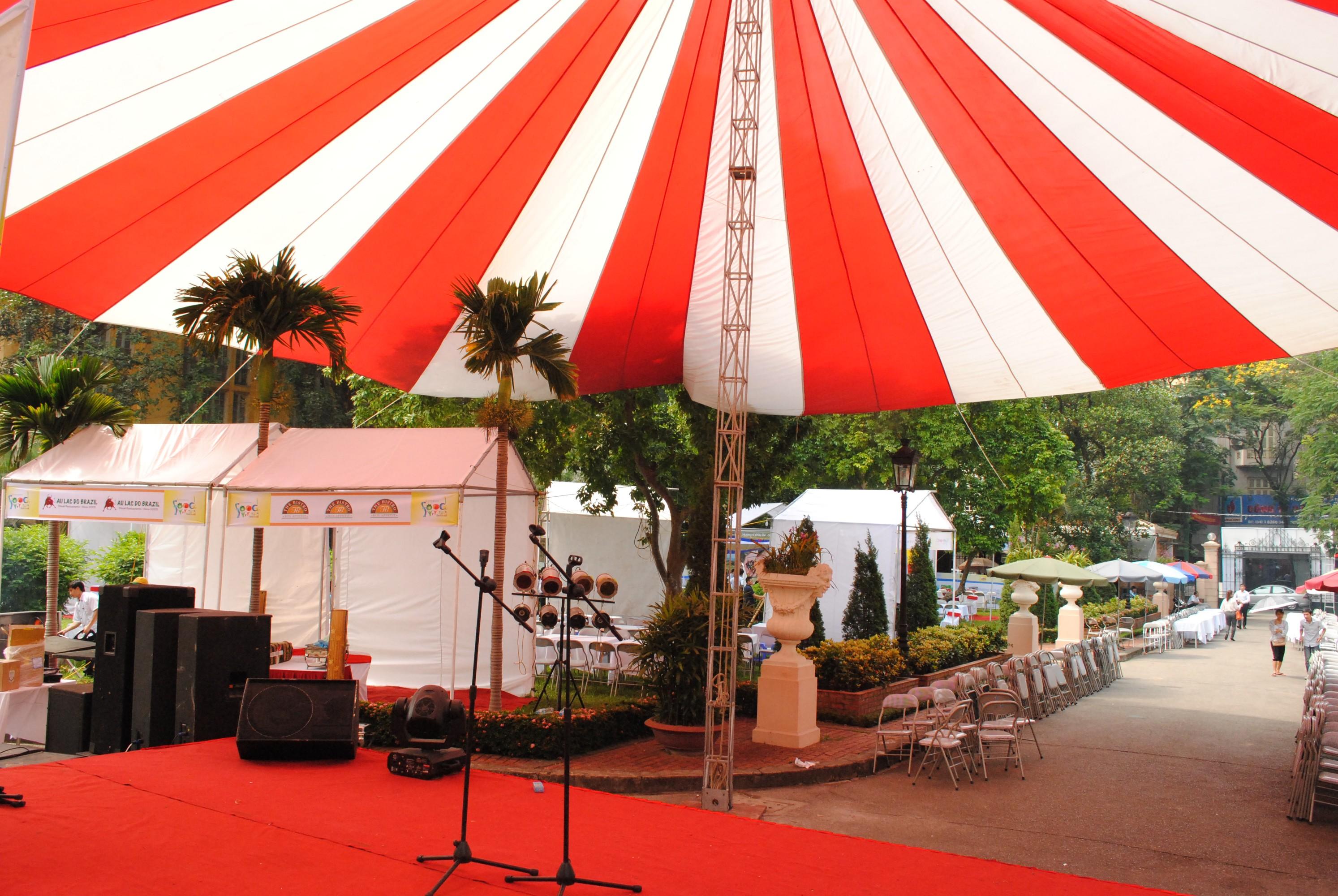 Nhà dù trắng đỏ