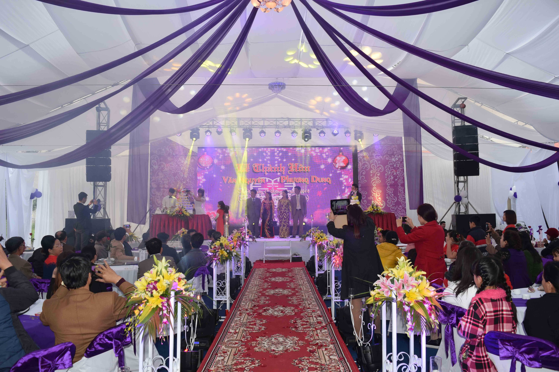 Sân khấu được lắp đặt hệ thống âm thanh, ánh sáng chuyên nghiệp