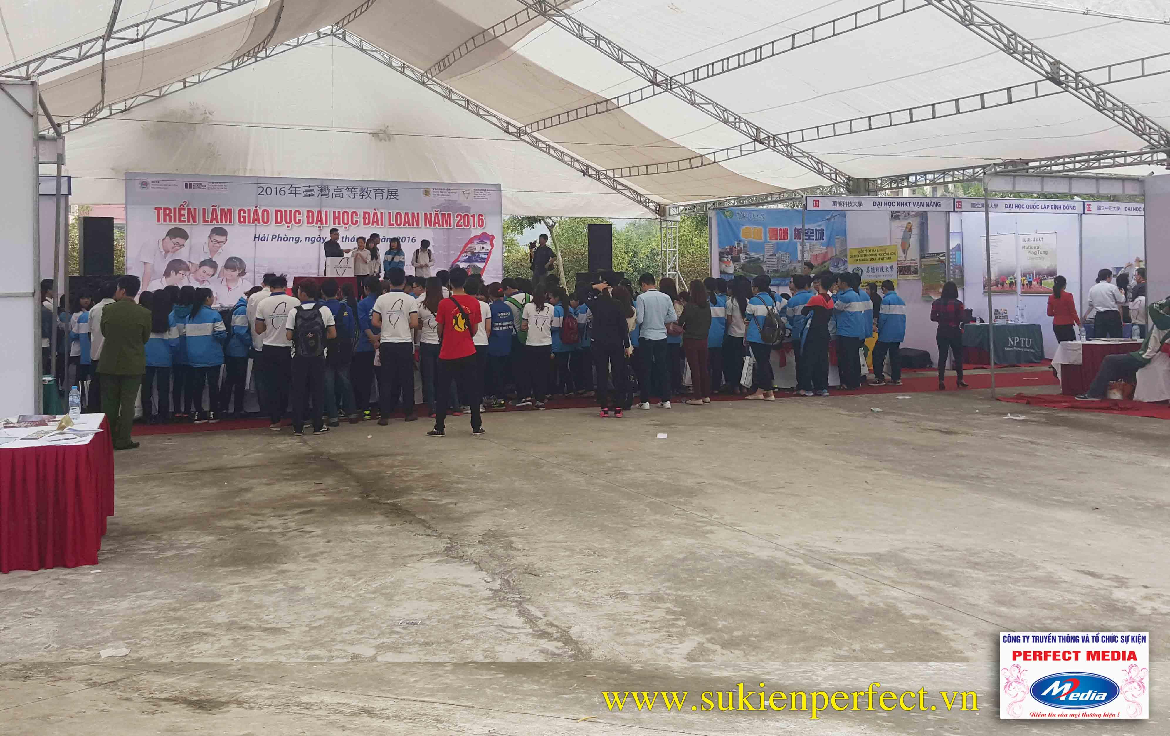 Không khí buổi triển lãm giáo dục thật náo nhiệt và đông đúc