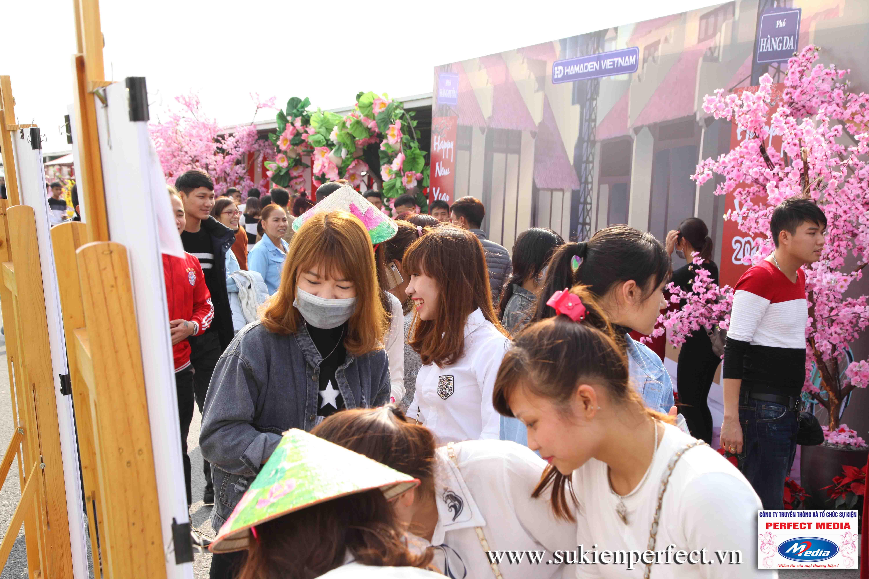 """Dù trời có nắng các bạn trẻ cũng tỏ ra rất vui khi được tham dự sự kiện và """"du xuân"""" cùng chương trình"""