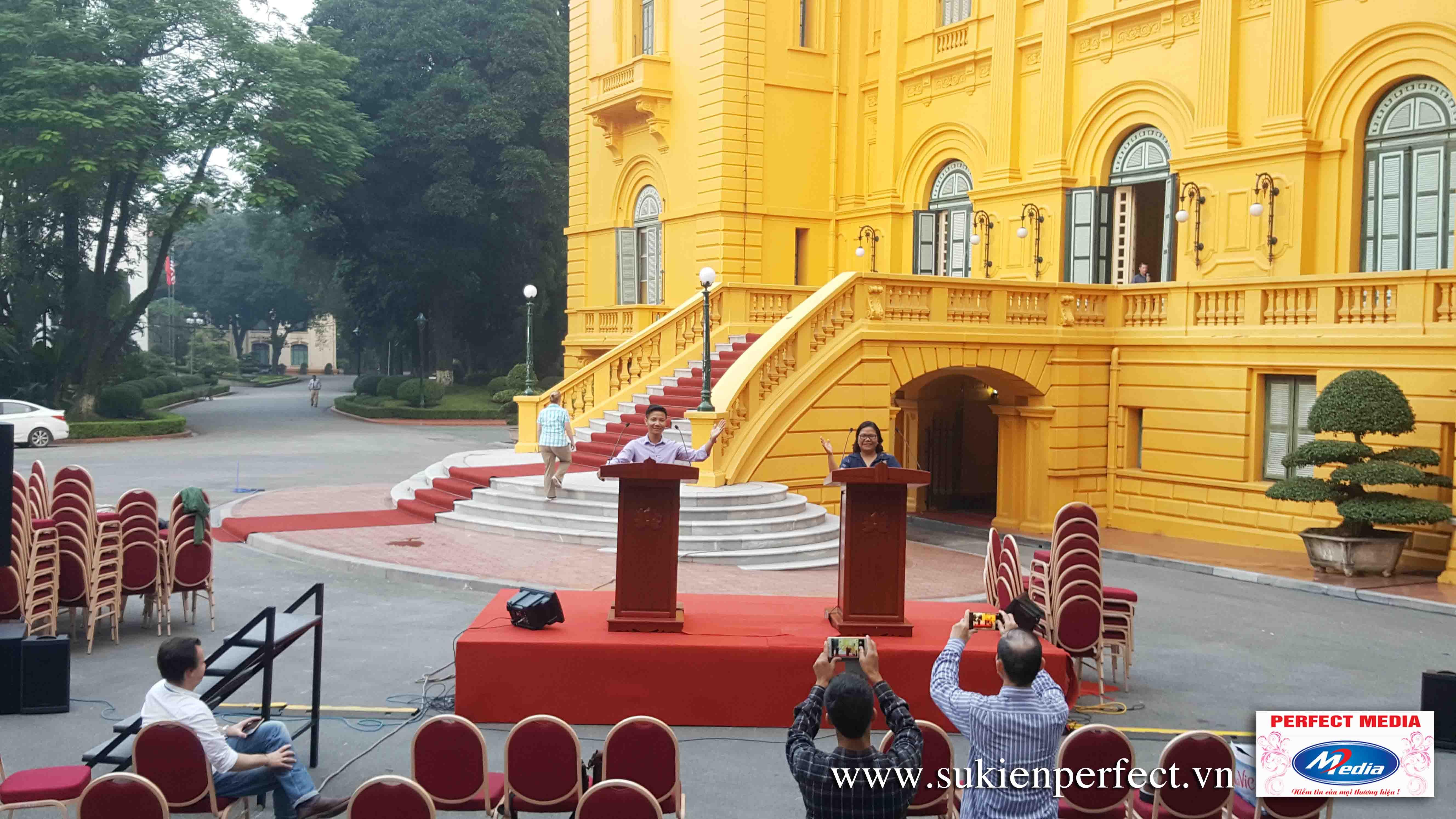 Sân khấu họp báo Tổng thống Mỹ Donald Trump và Chủ tịch Nước Trần Đại Quang
