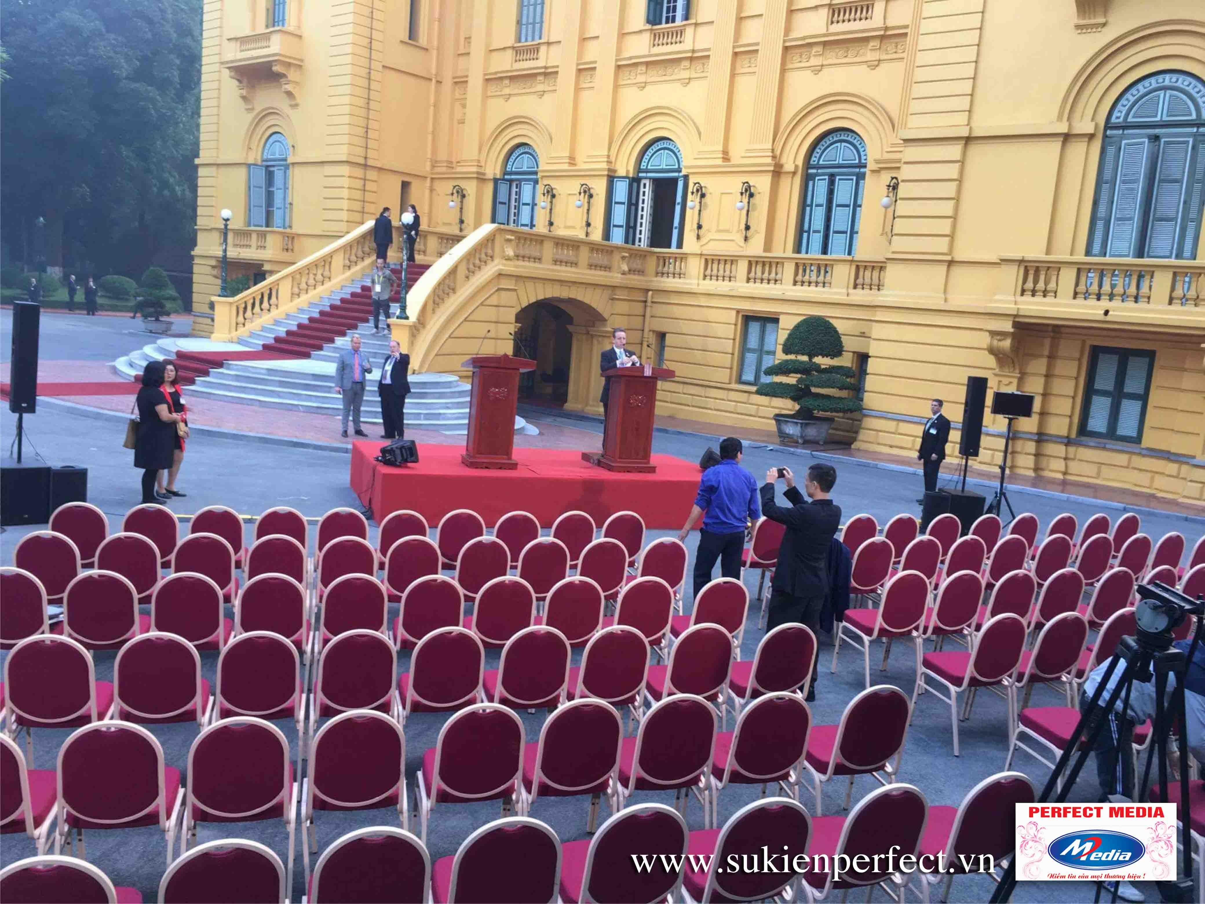 Cho thuê trang thiết bị sự bàn ghế, sân khấu sự kiện tại hà nội