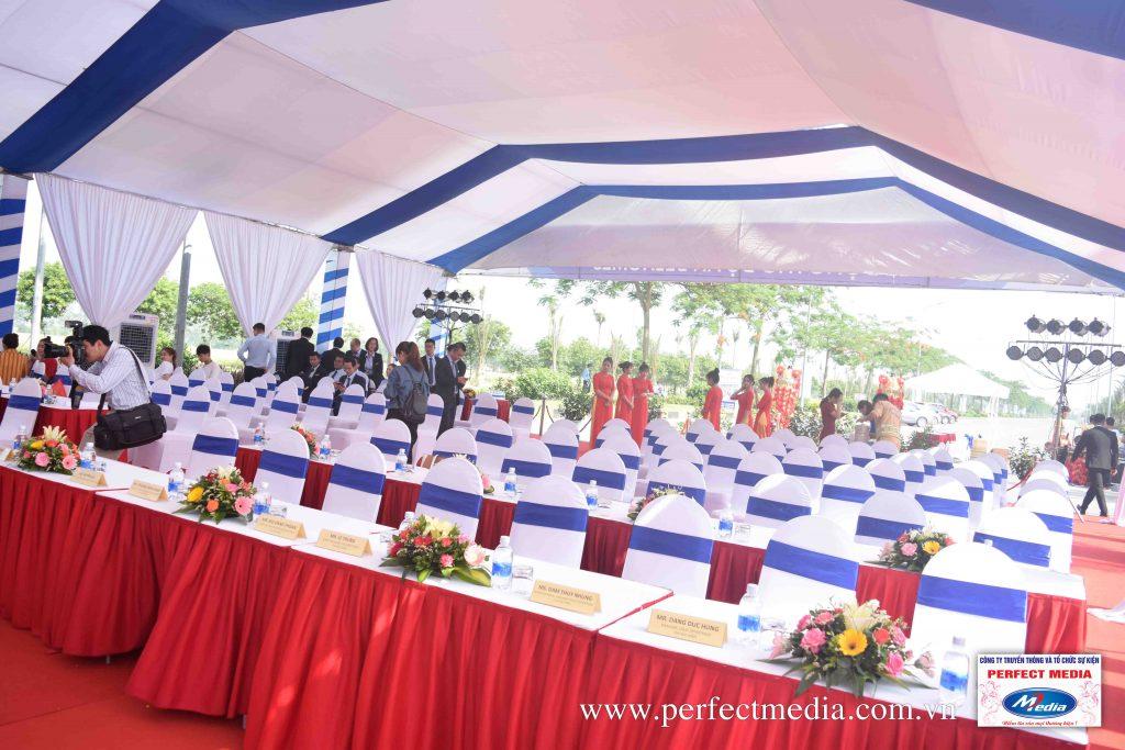 Những dãy bàn ghế đại biểu được setup, có khăn phủ, rèm quây hiện đại, sạch sẽ