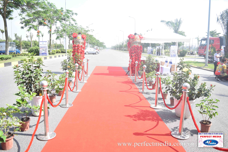 Thảm đỏ trải lối vào nhà họp lễ