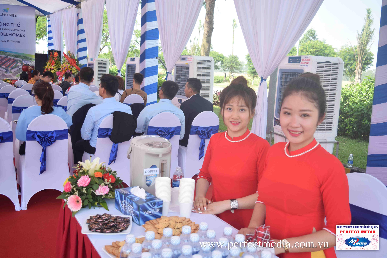 Các bạn lễ tân trẻ xinh đẹp đang hỗ trợ đón - tiếp khách tại sự kiện