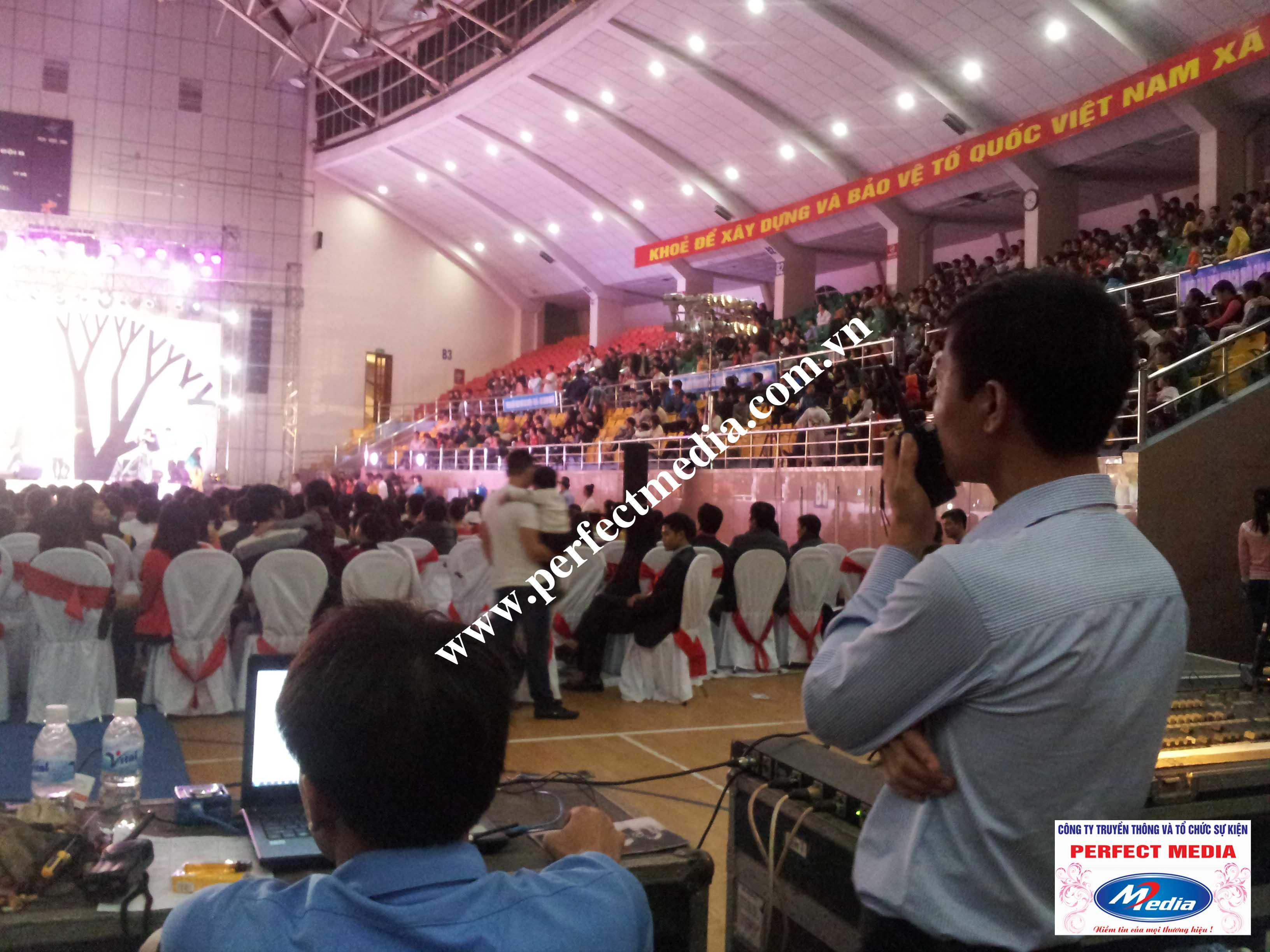 Kỹ thuật viên âm thanh, ánh sáng và điều khiển màn hình LED phía cuối hội trường
