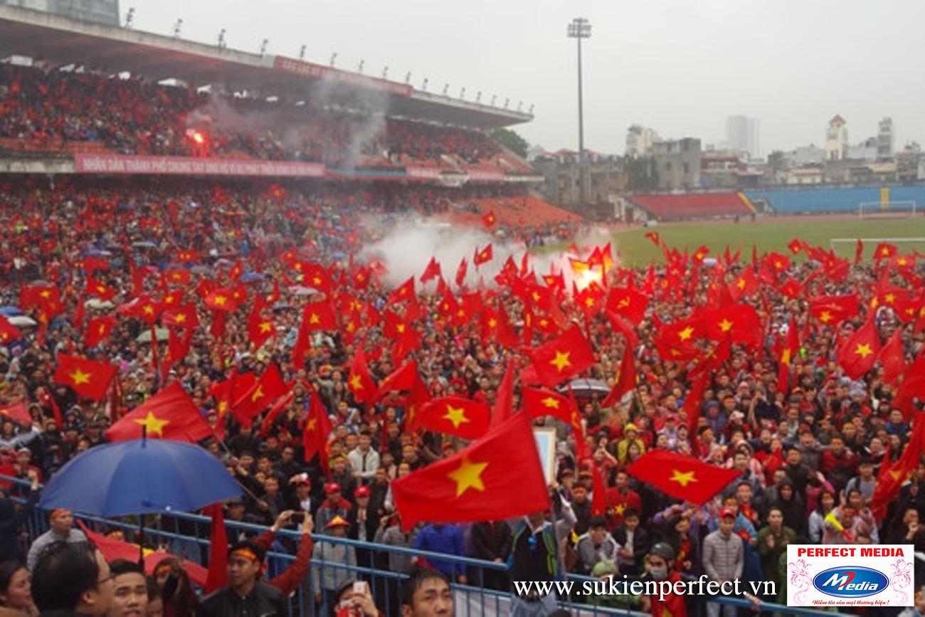 """Cả sân vận động """"nhuộm"""" đỏ bằng cờ đỏ sao vàng Việt Nam"""